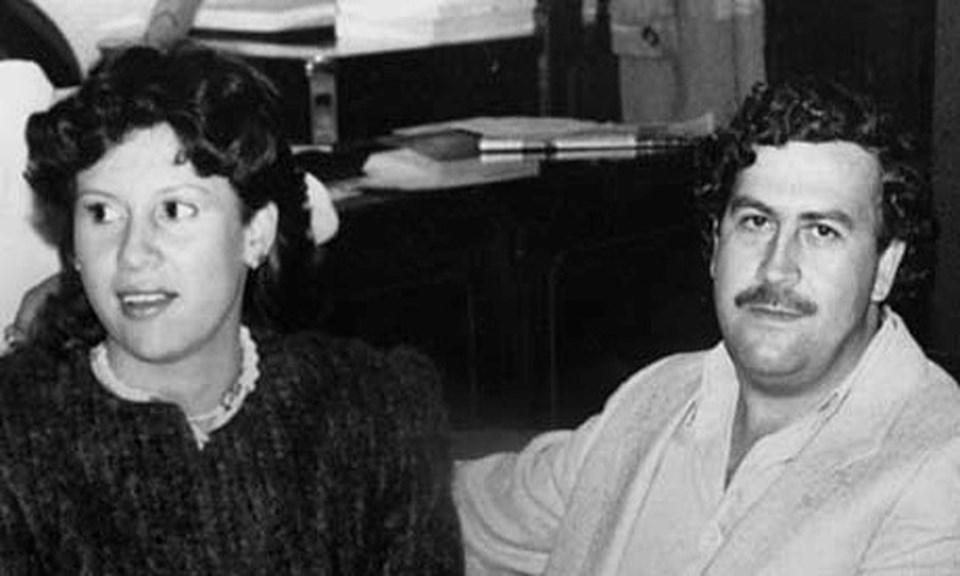 1993 yılında girdiği silahlı çatışmada hayatını kaybeden Escobar, her polisin başına 3000 dolar ödül koymuş, o dönemde bu ödülü almak için 400'den fazla polis siviller tarafından sokaklarda öldürülmüştü.