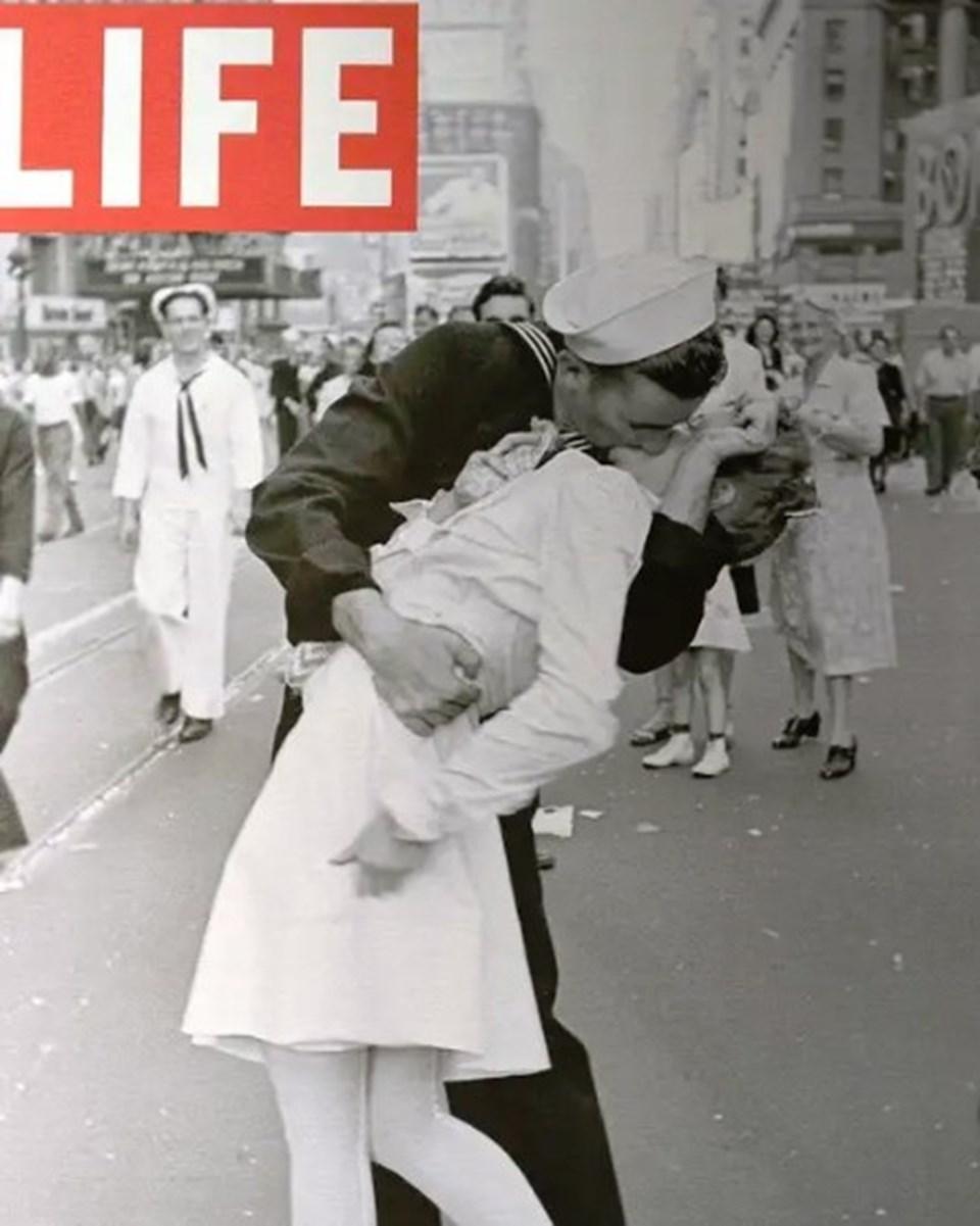 George Mendonsa'nınGreta Zimmer Friedman'ı öptüğü fotoğraf Life dergisine kapak olmuştu.