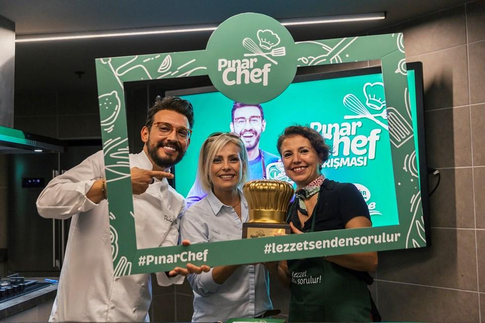 Pınar Chef yarışmasını kazanan Beyhan Gören'e ödülünü Danilo Zanna verdi. (Danilo Zanna - Beyhan Kadayıfçı - Beyhan Gören)