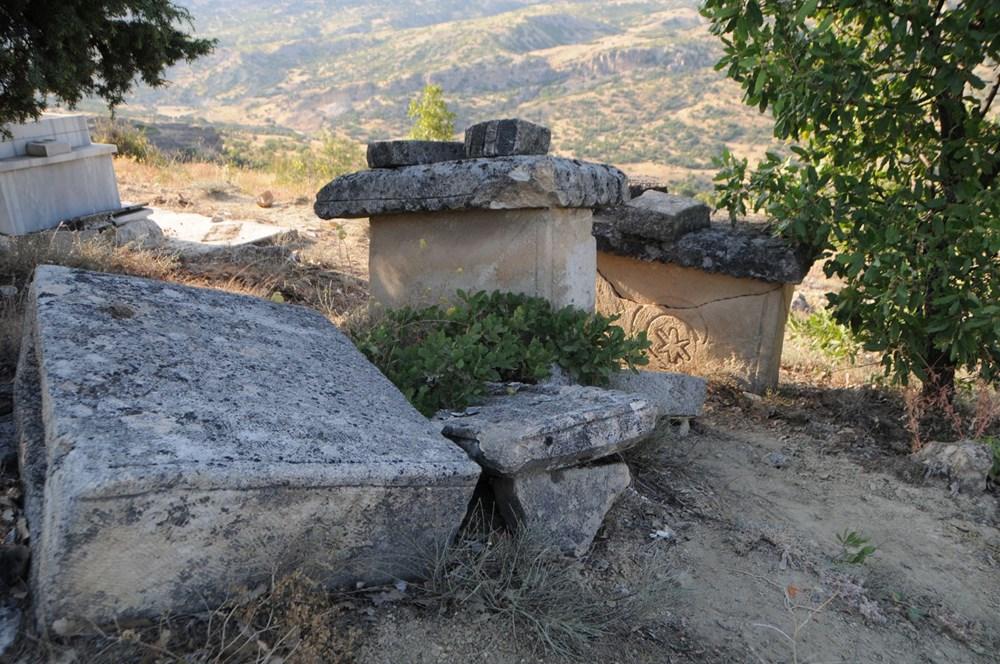 Koçbaşı ve taş işlemeli mezarlar definecilerin talanına uğradı - 2