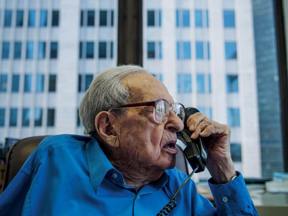 Irving kahn, 106: Finans kariyerine 1928'de başlayan Kahn, halen New York'ta, ailesinin adını taşıyan yatırım danışmanlığı firmasının yönetim kurulu başkanlığını sürdürüyor. Günde beş saat çalışan Irving'in dünyanın aktif çalışan en yaşlı yatırımcısı oldu
