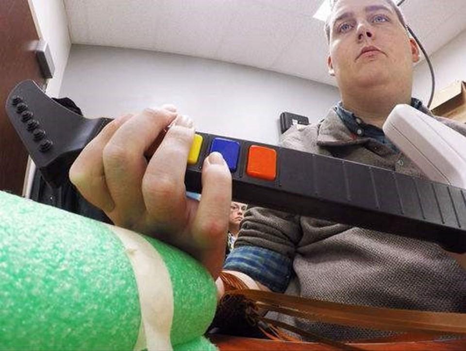 Burkhart, bilgisayar oyunu olarak tasarlanan gitarı çalıyor.