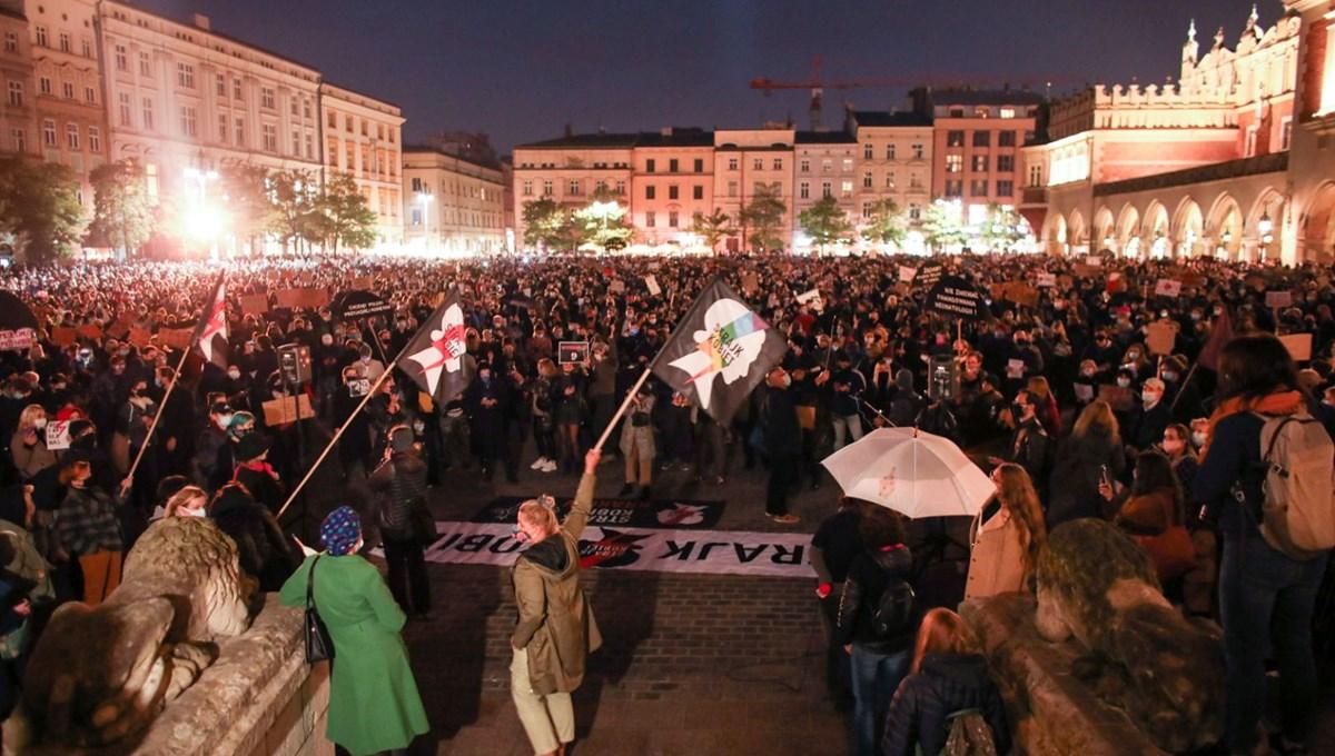 Polonya'da kadınlar sokağa çıktı: Kürtaj yasasını protesto ettiler