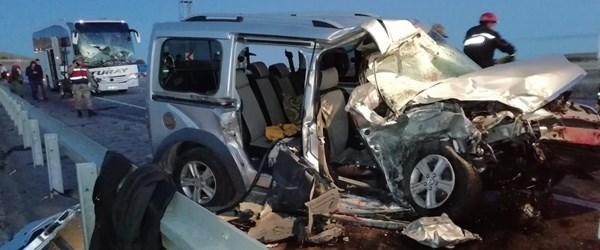 Sivas'ta yolcu otobüsü hafif ticari araçla çarpıştı: 2 ölü, 4 yaralı