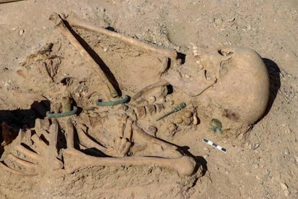 Takılarıyla gömülmüş Urartulu kadın mezarı ortaya çıkarıldı - 3