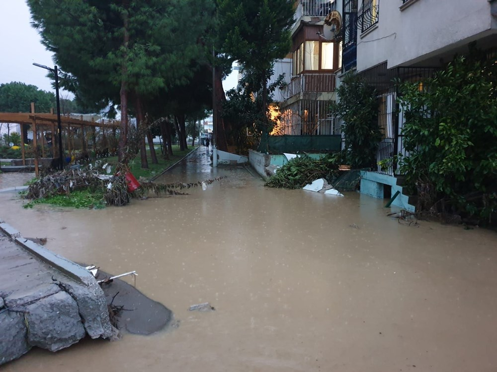 İzmir'i sel vurdu: 2 can kaybı - 30