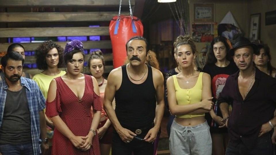 'Organizeİşler -Sazan Sarmalı rötarlı bir şekilde sinema salonlarında gösterime girdikten hemen sonraNetflix'tede yayınlanmaya başlanmıştı.