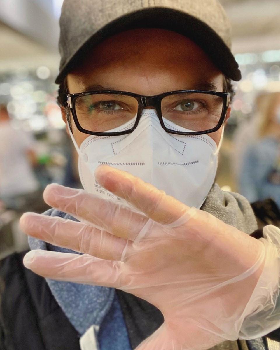 Tarkan, daha önce de corona virüse karşı maske ve eldiven tedbiri aldığı bir fotoğrafı paylaşmıştı