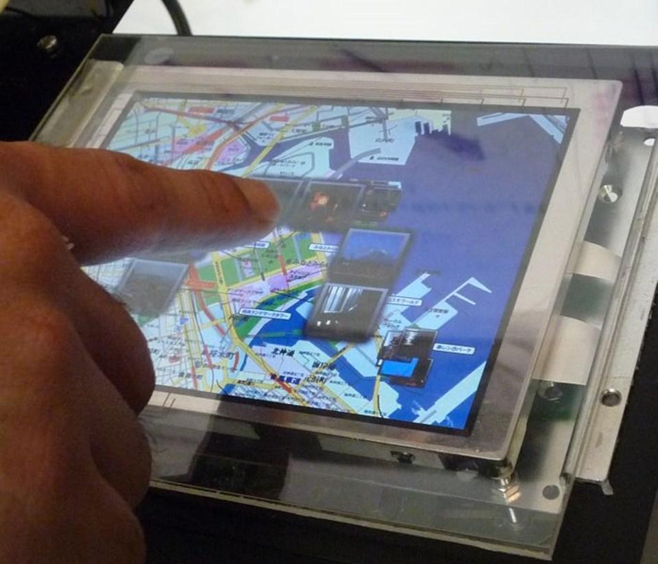 Parmak ekrana yaklaştığında, harita üzerindeki simgeler parmak ucunun etrafında bir daire oluşturmaya başlıyor.