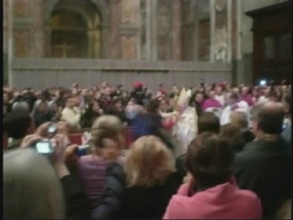 Papa'nın düştüğü an amatör bir kamera tarafından kaydedildi. Görüntülerde akli dengesi yerinde olmayan kadın Papa'ya sarılmadan az önce görülüyor.