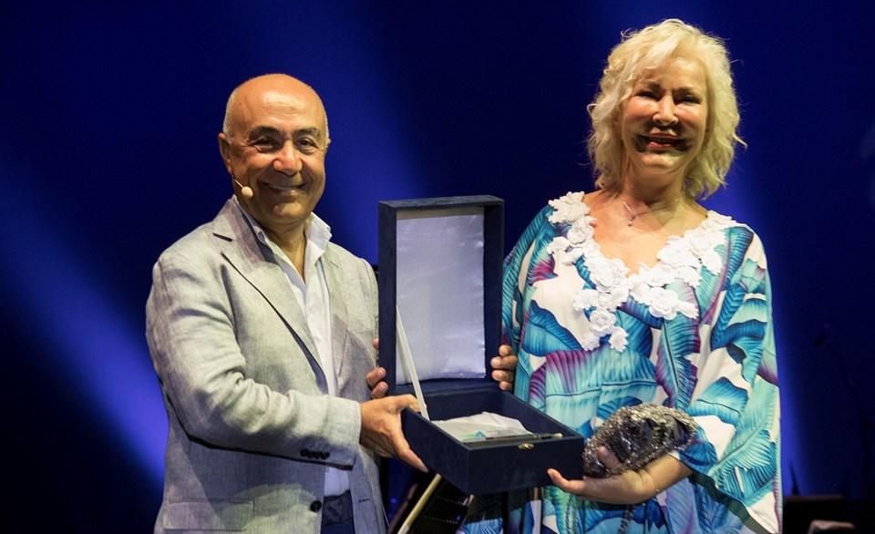 Doğuş Grubu CEO'su Hüsnü Akhan, festivalin bu yılki onur ödülünü piyano virtüözü Gülsin Onay'a takdim etti.