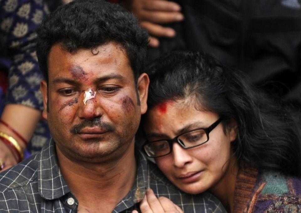 Depremde yaralı olarak kurtulan ancak yakınlarını kaybeden insanların hüznü.