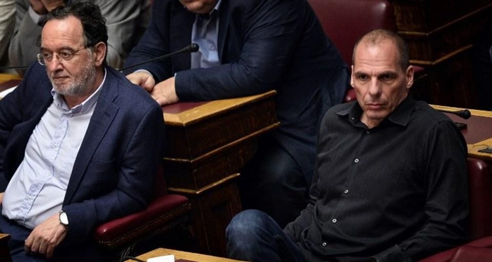 Eski Energi Bakanı Lafazanis'le birlikte eski Maliye Bakanı Yannis Varufakis de, Euro Bölgesi ile yapılan üçüncü kurtarma paketine karşı çıkmıştı.