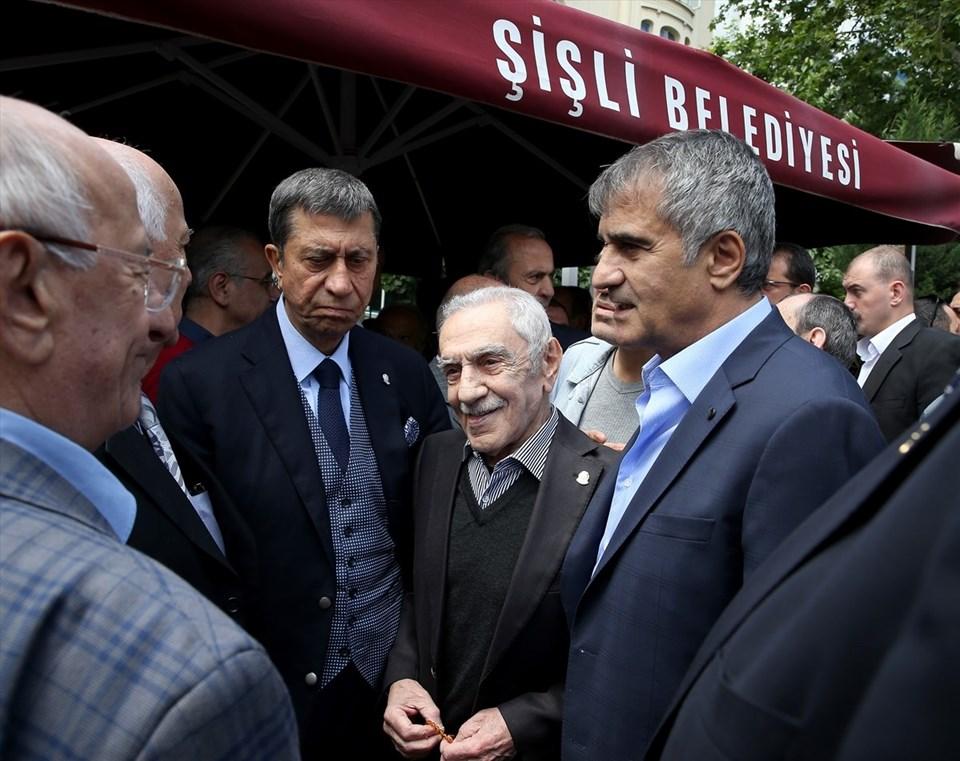 Beşiktaş teknik direktörü Şenol Güneş, cenazeye katıldı.