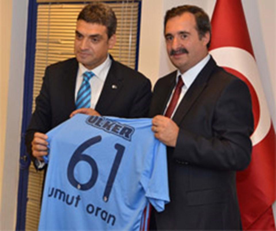 Şakar ziyarette Oran, İnce ve Özcan'a üzerlerinde isimlerinin olduğu Trabzonspor forması hediye etmişti.