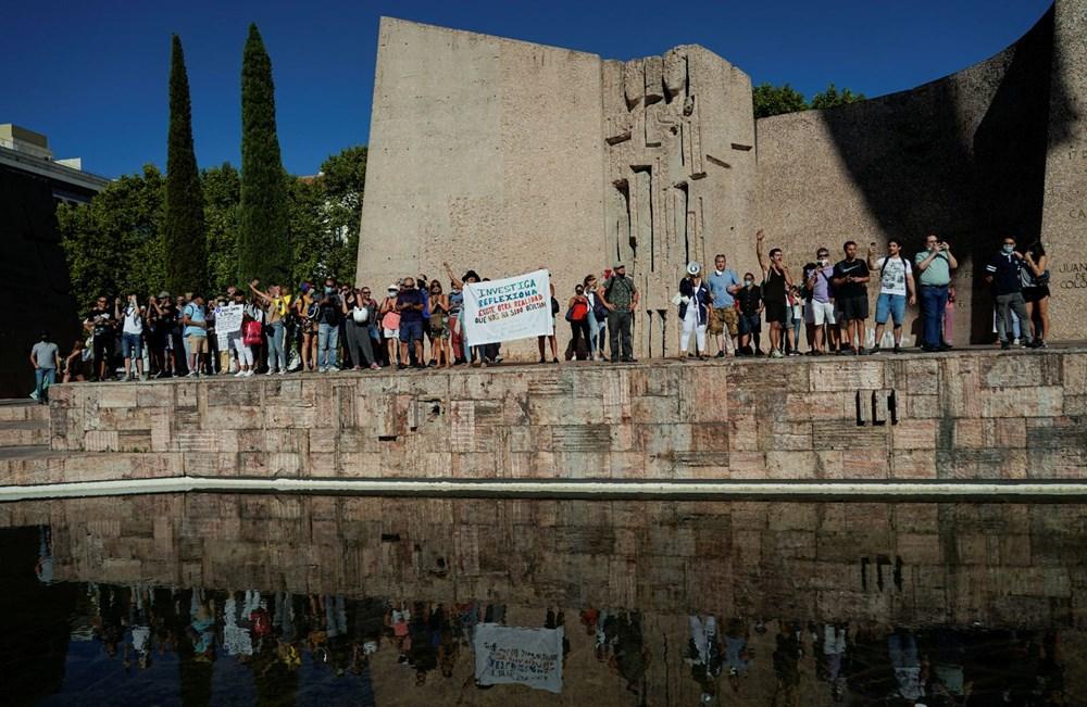 İspanya'da göstericiler Covid-19 önlemlerini maske takmayarak protesto etti - 8