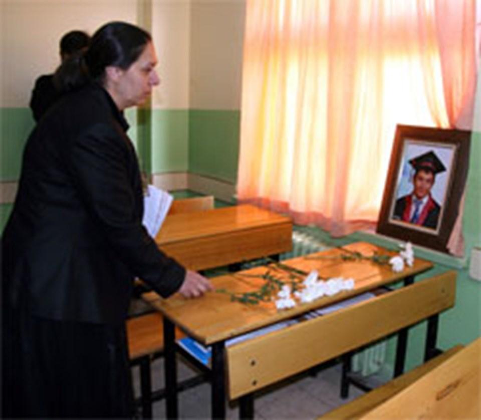 Gülderen Gültekin'in 'türbanlı aday' dediği Oya Eronat, 2009 yılı başlarında, Diyarbakır'da askeri aracın geçisi sırasında bir dershanede meydana gelen patlamada hayatını kaybeden Eren şahin'in annesi.