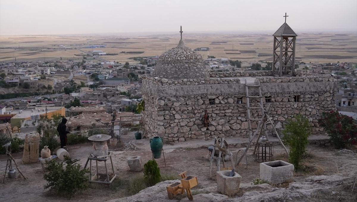 Musullu sanatçı Dani Esmero, kitaplarda okuduğu Alkuş Köyü'nü yeniden inşa etti