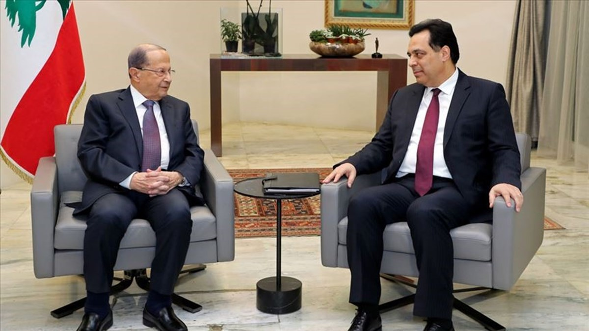 Lübnan Cumhurbaşkanı Mişel Avn (solda), istifasını veren Başbakan Hassan Diyab (sağda)