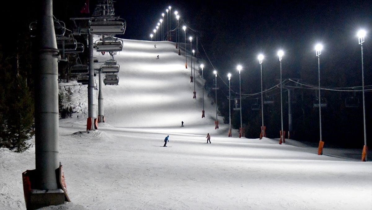 Sarıkamış'ta turistlerin yeni eğlencesi 'gece kayağı'