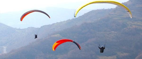 Paraşüt tutkunları Uçmakdere'de gökyüzüyle buluşuyor