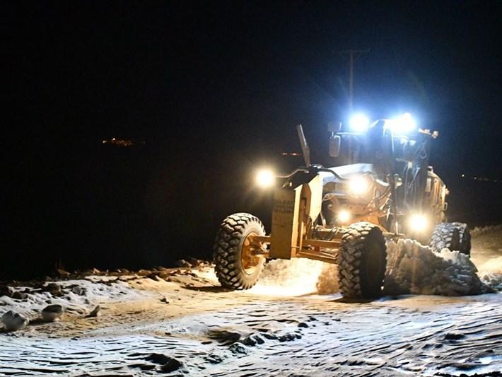 Ağrı'da 2 bin rakımda karla mücadele (30 dağ köyü yolu ulaşıma açıldı)