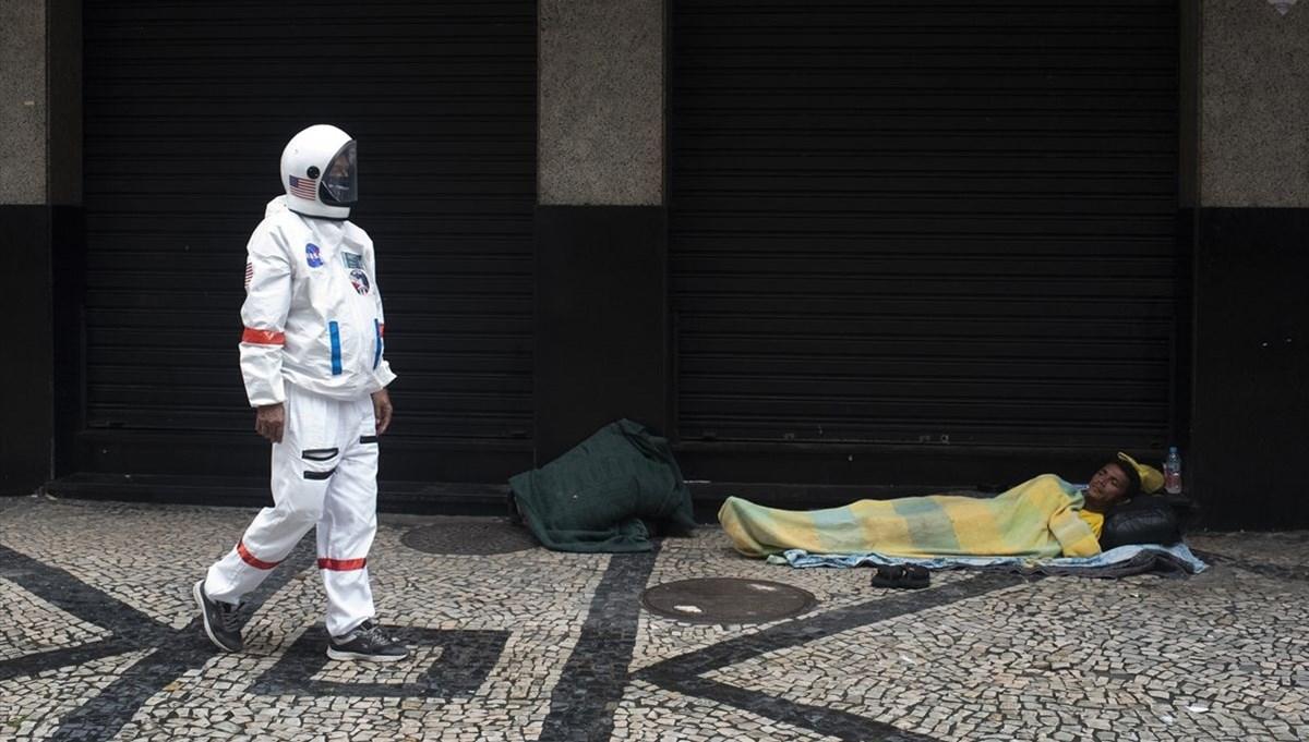 Rio de Janeiro'da astronot kıyafetiyle virüsten korunmaya çalışıyor