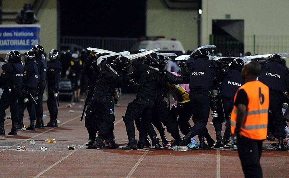 Polis, ilk yarının bitiminde kalkan kullanarak futbolcuları taraftarların fırattığı yabancı maddelerden korudu