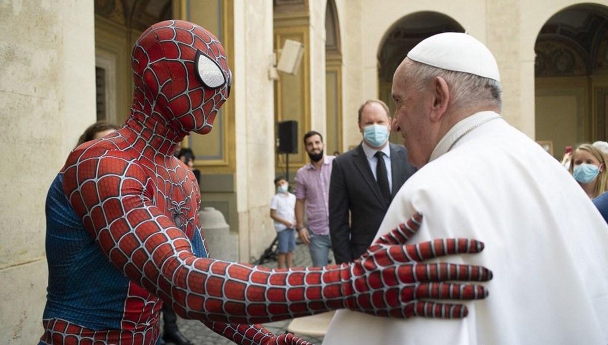 Örümcek Adam'dan Papa'ya maske hediyesi