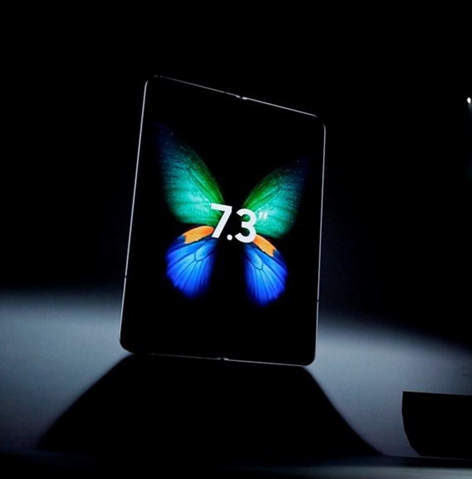 Galaxy F, 4.58 inç boyuta sahip ancak açıldığında 7.3 inç boyutunda bir tablete dönüşüyor. Aynı anda üç ekranın kullanabildiği cihaz ile YouTube, WhatsApp, ve Google'ı aynı anda kullanabiliyorsunuz.