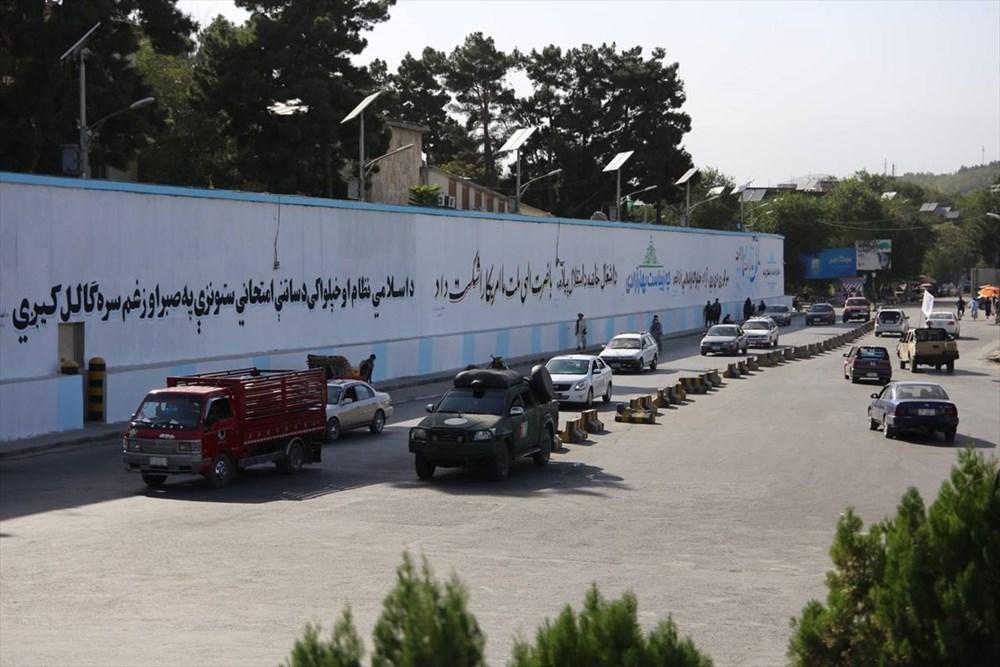 Kabil'de terk edilen ABD büyükelçiliğinin duvarına Taliban bayrağı çizildi - 4