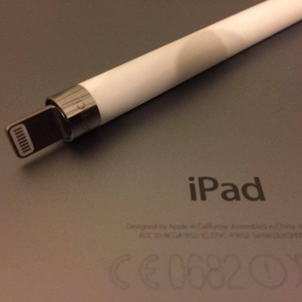 12 saatlik bir kullanım sunan akıllı kalemin acil durumlar için de bir çözümü mevcut.Apple Pencil'ın manyetik kapağını çıkardıktan sonra kalemin arkasında bulunan Lightning bağlantısını iPad Pro'nun şarj girişine bağladığınızda hızlı bir şekilde şarj olan kalem, 15 saniyede 30 dakikalık bir pil ömrüne kavuşuyor.