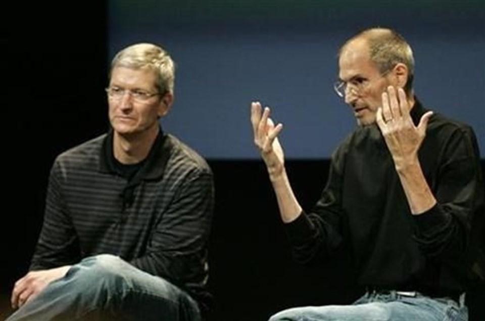 7 yıldan boyunca mücadele ettiği kansere yenik düşen Steve Jobs (sağda), 2011 yılında hayatını kaybetmiş, Apple'ın başına ise Tim Cook geçmişti.