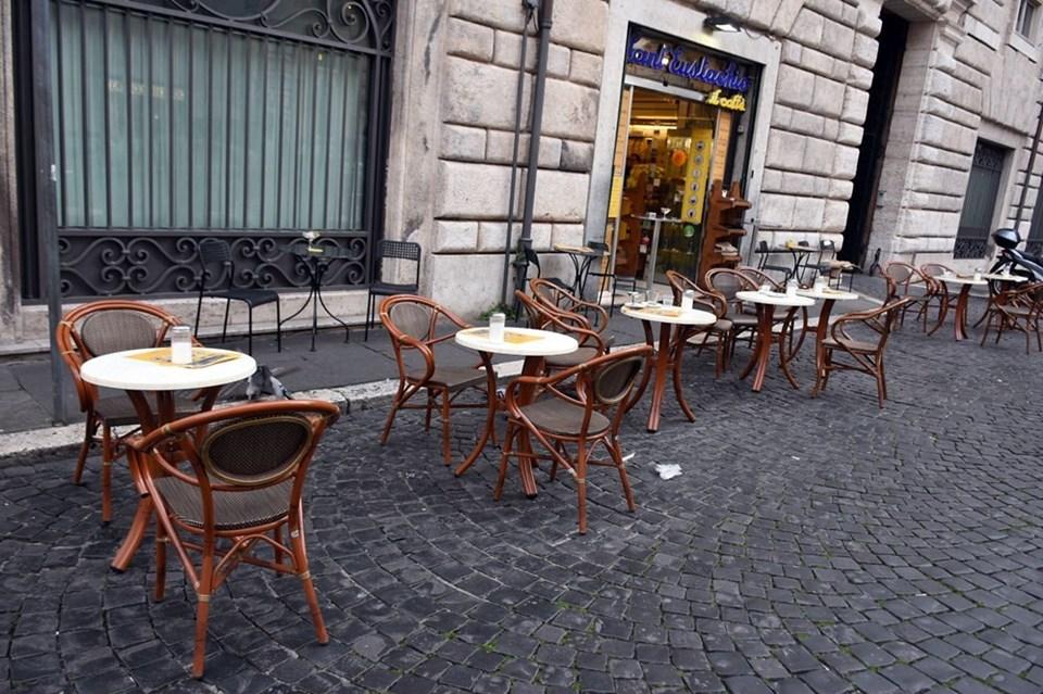 Karantina sonrası İtalya'nın simgesi haline gelen 'cafe'ler de bomboş.