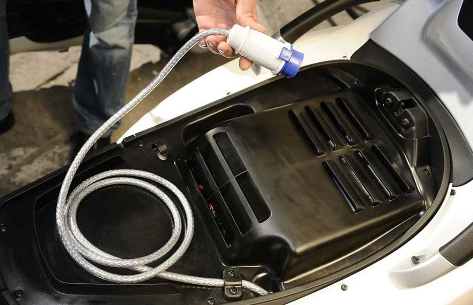 Bataryalar 12V elektrik soketinden şarj edilebiliyor.