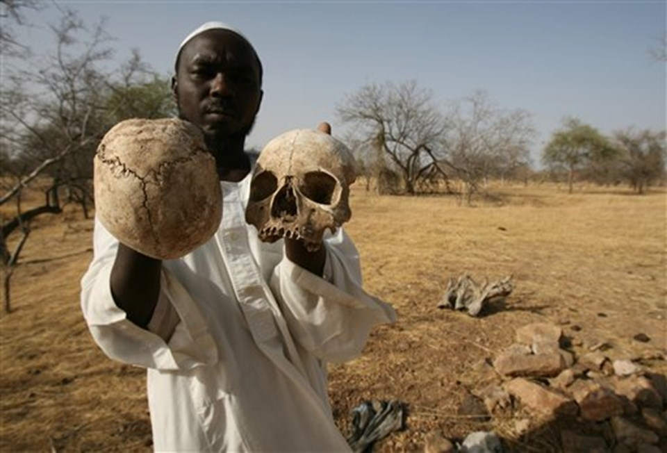 23 Nisan 2007'de Batı Darfur'da çekilen bu fotoğrafta, İbrahim adlı genç 25 köylüsünün öldürüldüğü toplu mezarda görülüyor.