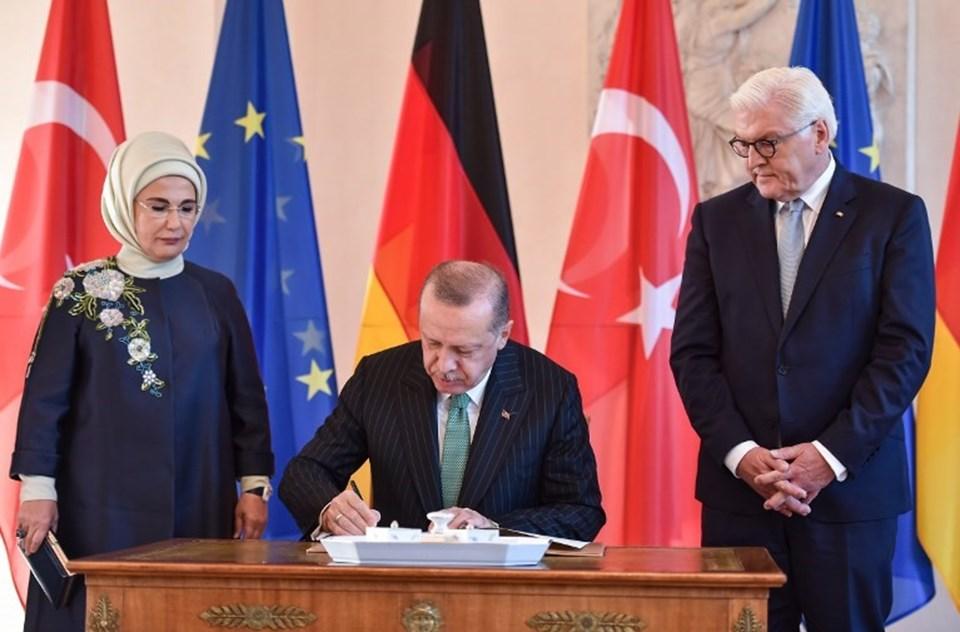 """Cumhurbaşkanı Recep Tayyip Erdoğan Bellevue Sarayı'nda askeri tören sonrası """"özel defteri"""" imzaladı."""