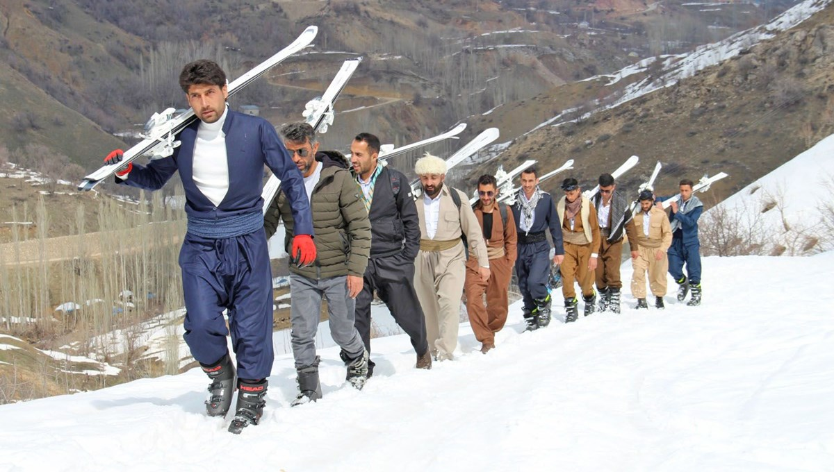 Young people from Hakkari enjoyed skiing with their professional ski suits