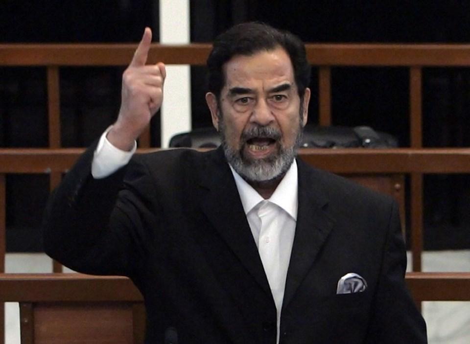 Irak'ı yıllarca yöneten Saddam Hüseyin, yakalandıktan sonra mahkemede yargılandı. Hüseyin idama mahkum edildi. Saddam Hüseyin'in duruşmasından bir kare...