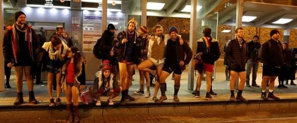 Soğuk onları durdurmadı (Pantolonsuz metro yolculuğu)