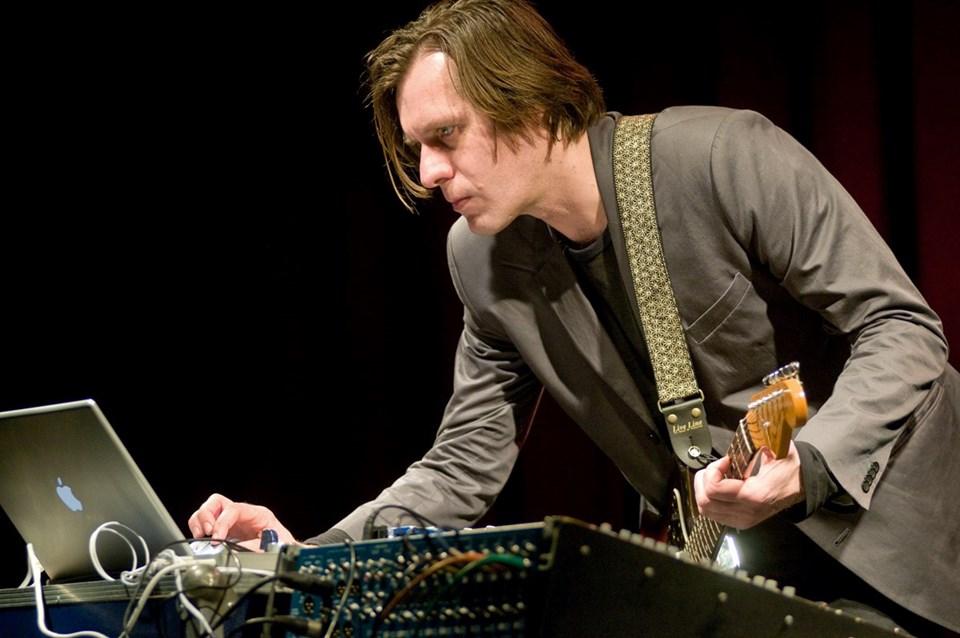 Fennesz,tarz olarak glitch, noise ve ambient'a yakın dursa da elektronik müziği sıkça kullanan bir gitarist.