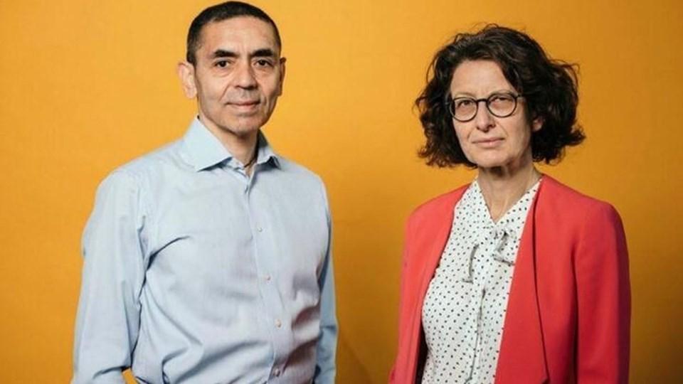 """Corona virüs aşısını geliştiren BioNTech şirketinin kurucu ortağı Profesör Uğur Şahin ve aynı şirkete yöneticilik yapan eşi Profesör Özlem Türeci. İki isim Financial Times tarafından """"Yılın Kişisi"""" seçildi."""
