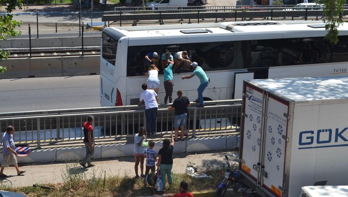 Kaza yapan otobüsün kapıları açılmayınca, turistler camları kırıp otobüsten atladı