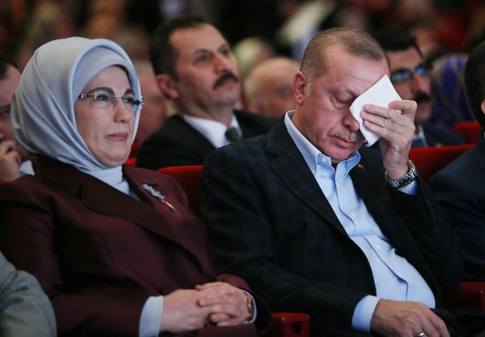 Cumhurbaşkanı Erdoğan eşi Emine Erdoğan ile birlikte katıldığı programda, şehit anneleri ve şehit kadınlarla ilgili sunum esnasında duygusal anlar yaşadı.