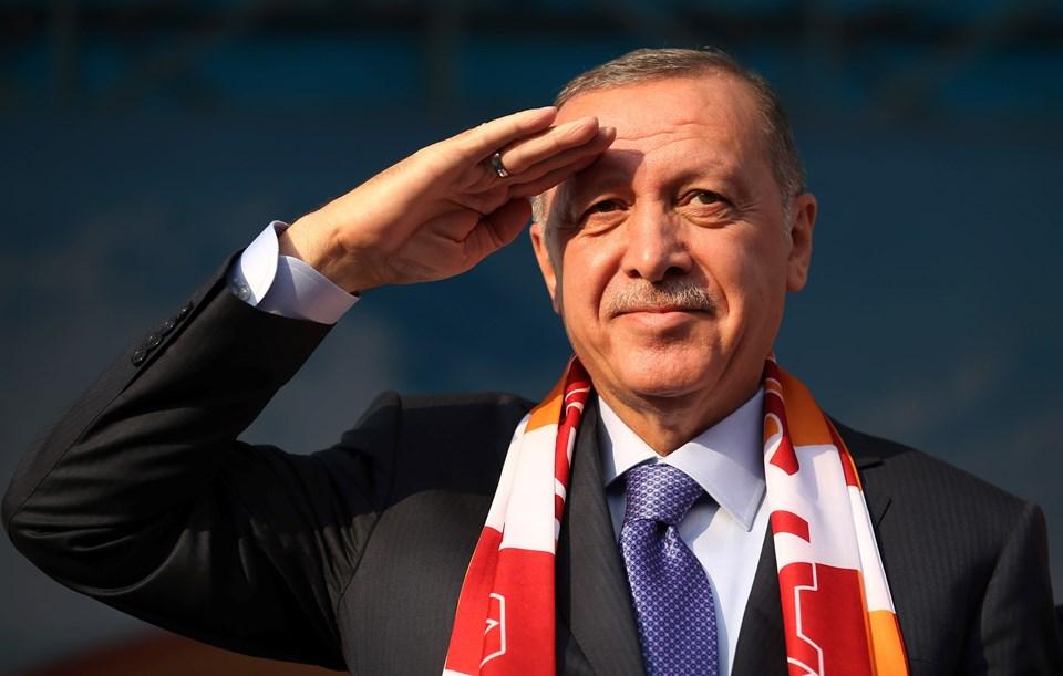 Erdoğan, Cumhuriyet Meydanı'nda gerçekleştirilen toplu açılış töreninde vatandaşlara asker selamı verdi.