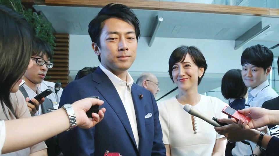 Ağustos ayında Liberal Demokrat Parti'den bakan koltuğuna oturan 38 yaşındaki Koizumi, TV sunucusu Christel Takigawa ile evlenmişti. Çift Japonya'nın imrenilen çiftleri arasında yer alıyor.
