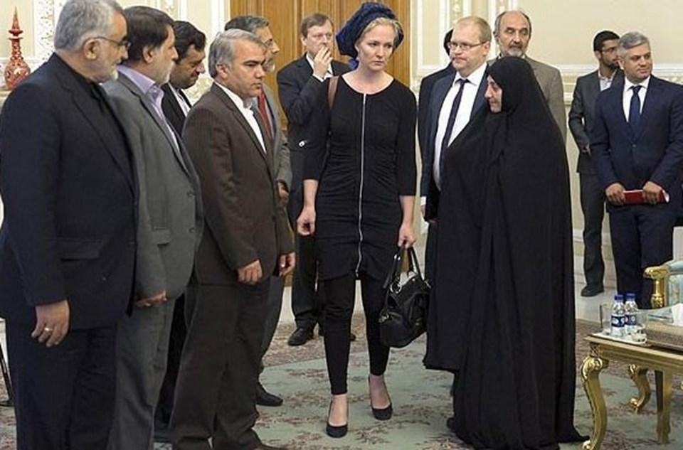 Hollandalı vekil Marietje Schaake'nin Tahran ziyaretinde giydiği kıyafet İran'da büyük tartışmaya neden oldu.