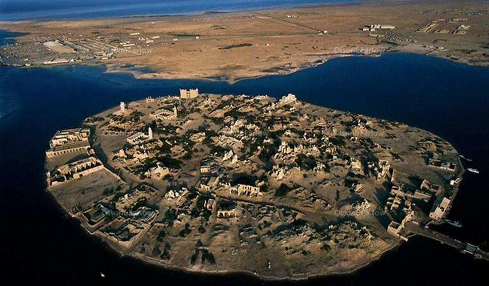 (Sevakin Adası, 19. yüzyıla kadar Osmanlı Devleti'nin bugünkü Eritre, Cibuti ve Kuzey Somali'yi kapsayan Habeş Eyaleti valilerinin ikamet adresiydi.)