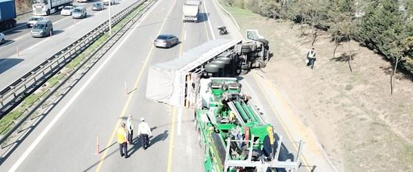 TEM'de TIR devrildi, trafik kilitlendi