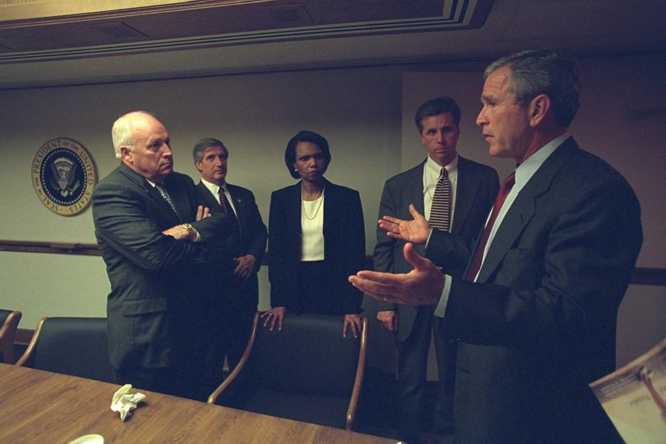 Saldırıdan birkaç saat sonra ABD Başkanı George W. Bush (en sağda) ve Yardımcısı Dick Cheney (en solda) operasyon odasında. Karede sonradan ABD Dışişleri Bakanlığı görevine getirilecek olan dönemin Ulusal Güvenlik DanışmanıCondoleezza Rice da (ortada) görülüyor.